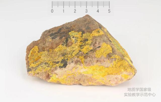 美丽杀人石!最全含铀矿物照片大全,野外遇到要注意