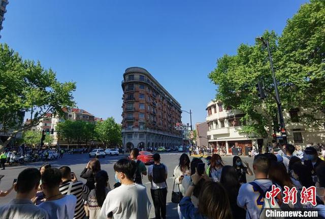 五一假期:上海网红马路——武康路吸引民众前来拍照打卡
